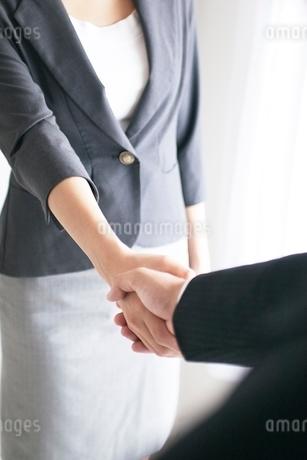 握手するビジネスマンとビジネスウーマンの手元の写真素材 [FYI02830670]
