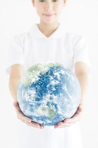 地球を見つめる看護師の写真素材 [FYI02830672]