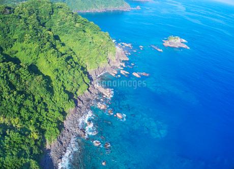 浦ノ内須ノ浦付近から望む東方向の海岸線の写真素材 [FYI02830696]