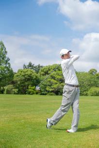 ゴルフをする中高年男性の写真素材 [FYI02830699]