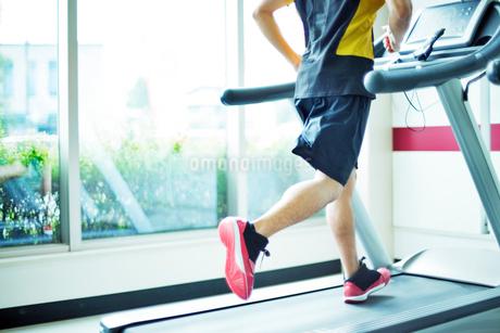 ランニングマシンで運動する男性の写真素材 [FYI02830701]