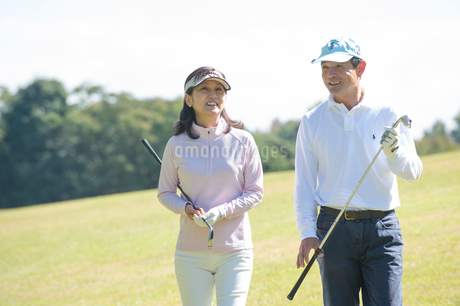 ゴルフをする中高年夫婦の写真素材 [FYI02830703]