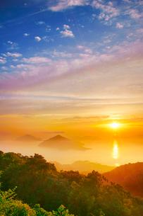 紫雲出山第一駐車場展望台から望む粟島などの島々と朝日の写真素材 [FYI02830704]