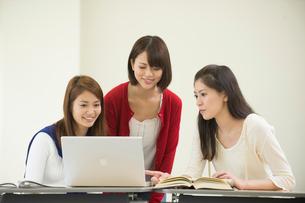 講義室で自習する女子大生三人の写真素材 [FYI02830706]