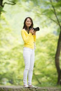 一眼レフカメラで写真を撮る女性の写真素材 [FYI02830720]