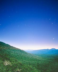 ブナ樹林帯と太平山方向の山並みの写真素材 [FYI02830727]