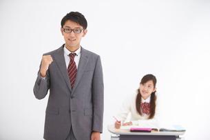 ガッツポーズの男性教師と女子高生の写真素材 [FYI02830737]