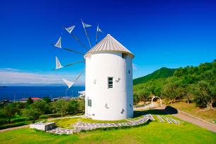 オリーブ公園の広場とギリシャ風車と瀬戸内海の写真素材 [FYI02830744]