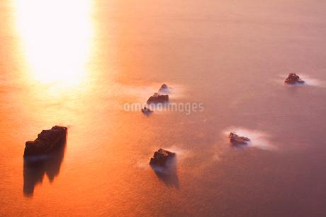 朝の岩礁と輝く海の写真素材 [FYI02830746]