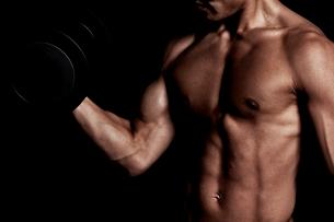 トレーニングする男性の上半身の写真素材 [FYI02830754]