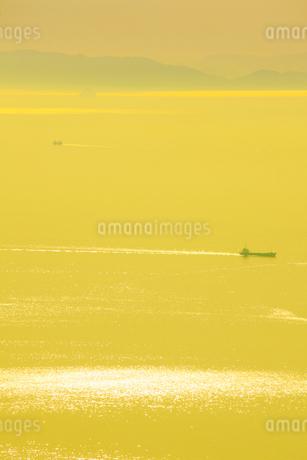 紫雲出山山頂展望台から望むレモン色の瀬戸内海と船の写真素材 [FYI02830760]