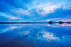 父母ヶ浜の水鏡と夕日の写真素材 [FYI02830791]