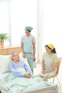 介護ベッドの老人と介護ヘルパーの写真素材 [FYI02830804]