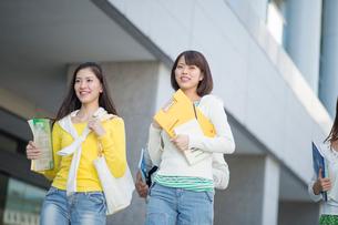 キャンパスを走る女子大生二人の写真素材 [FYI02830841]