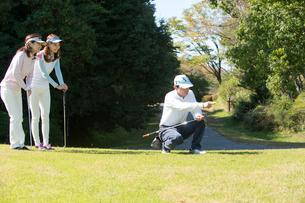 ゴルフをする家族の写真素材 [FYI02830859]