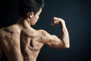 筋肉質の男性の後ろ姿の写真素材 [FYI02830872]