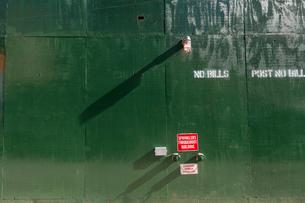 マンハッタンノーホー地区のビル建築現場に設置された防護壁と消火栓の写真素材 [FYI02830915]