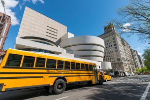 アッパーマンハッタン 五番街グッケンハイム ミュージアムとスクールバスとタクシーの写真素材 [FYI02830919]