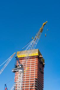 ハドソンヤード再開発プロジェクト建設現場のクレーンと建設中の高層ビルの写真素材 [FYI02830944]