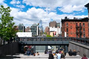ハイラインパーク10th Avenue Squareと10番街ミッドタウン街並みを覆う雲の写真素材 [FYI02830948]