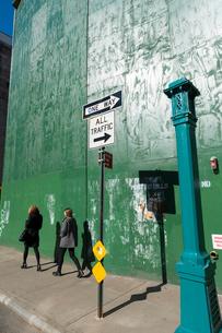 マンハッタンノーホー地区のビル建築現場に設置された防護壁の写真素材 [FYI02830949]