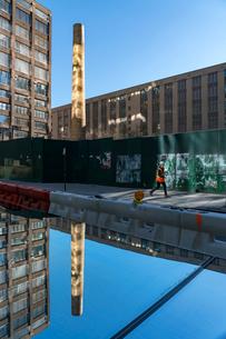 ハドソンヤード建設現場に置かれた外壁ウィンドーに映り込む煙突とビルの写真素材 [FYI02830956]