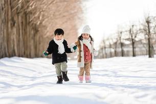 雪の上の子どもの写真素材 [FYI02831000]