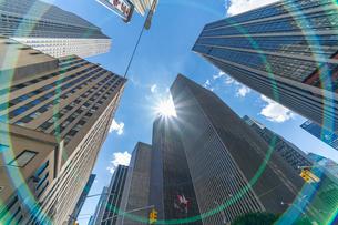 6番街 摩天楼高層ビル群の上に輝く太陽の写真素材 [FYI02831079]