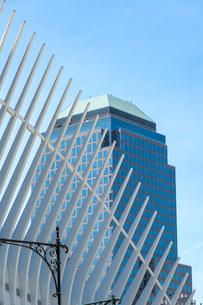 PATH TRAIN WORLD TRADE CENTER STATIONの外観のウイングとワールドファイナンシャルセンター。の写真素材 [FYI02831080]
