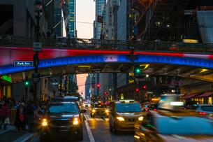 パーシングスクエア ブリッジの上でマンハッタンヘンジを待つ人々と42丁目ストリートを行き交う車。の写真素材 [FYI02831204]