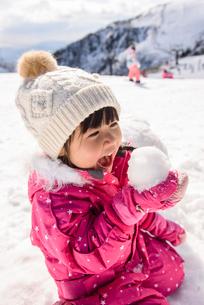 雪玉を食べるふりをして遊ぶ子供の写真素材 [FYI02831248]