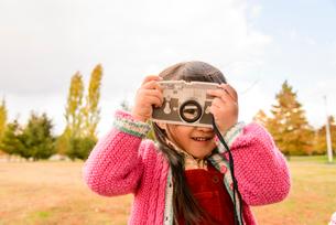 紅葉の公園で遊ぶ女の子の写真素材 [FYI02831278]
