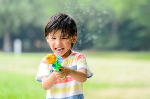 水鉄砲で遊ぶ男の子の写真素材 [FYI02831283]