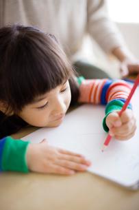 絵を描く女の子の写真素材 [FYI02831316]
