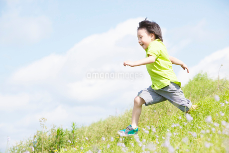 走る男の子の写真素材 [FYI02831347]