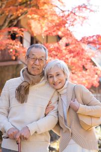 紅葉狩りを楽しむシニア夫婦の写真素材 [FYI02831532]