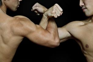 腕組みする筋肉質の2人の男性の写真素材 [FYI02831577]
