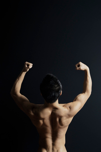 筋肉質の男性の後ろ姿の写真素材 [FYI02831603]