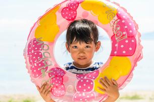 浮き輪から顔をのぞかせる女の子の写真素材 [FYI02831703]
