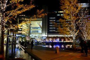 うめきた広場と大阪ステーションシティのイルミネーションの写真素材 [FYI02831705]