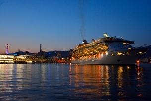 夜の神戸港をMARINER OF THE SEASが出港の写真素材 [FYI02831802]