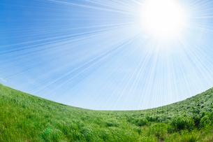 青空と太陽と草原の写真素材 [FYI02831818]