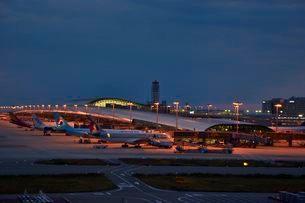 関西国際空港 展望ホ-ルから夕暮れのターミナルビルを見るの写真素材 [FYI02831829]