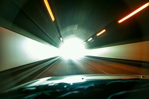 高速道路のトンネルを走る自動車の写真素材 [FYI02831928]