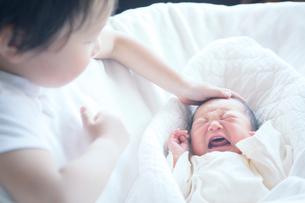 赤ちゃんと男の子の写真素材 [FYI02831985]