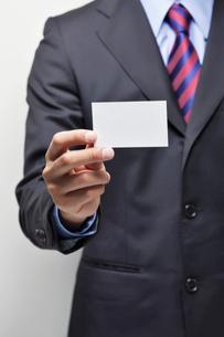 名刺を持つビジネスマンの写真素材 [FYI02832043]