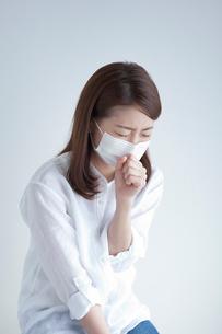 マスクをして咳き込む女性の写真素材 [FYI02832055]