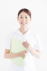 白衣を着た笑顔の看護師の写真素材 [FYI02832076]