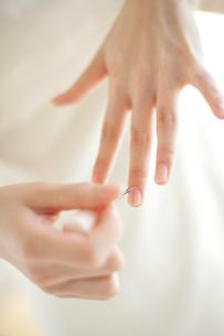 マニキュアを塗る女性の手元の写真素材 [FYI02832104]