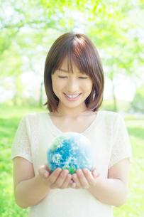 地球を見つめる日本人女性の写真素材 [FYI02832118]